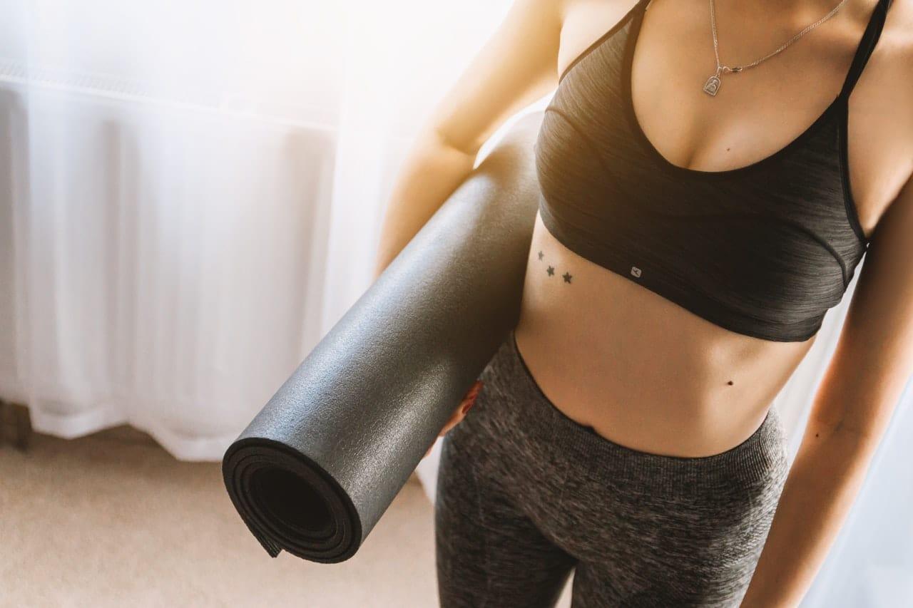 Como fazer yoga em casa de forma segura e relaxante inca aromas - Inicio yoga en casa ...